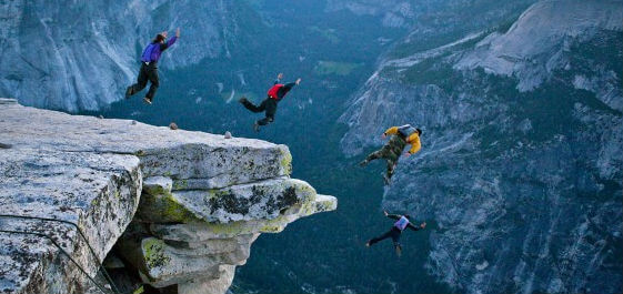 skydive terjun bebas dari bukit